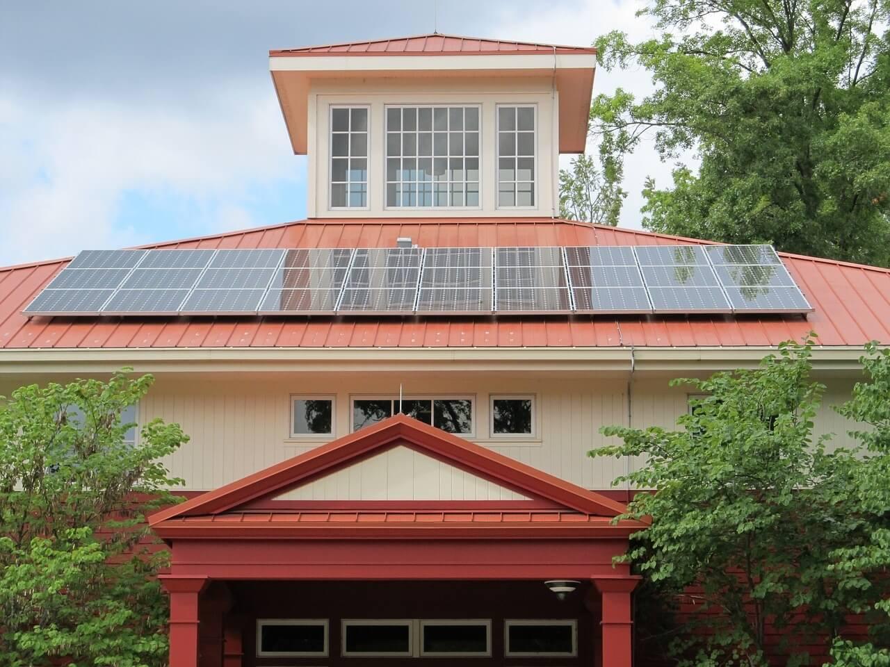 Fotovoltaik: Installation einer Aufdach-Anlage unterliegt der Bauabzugsteuer